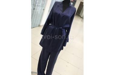 Женская пижама из натурального темно-синего шелка.