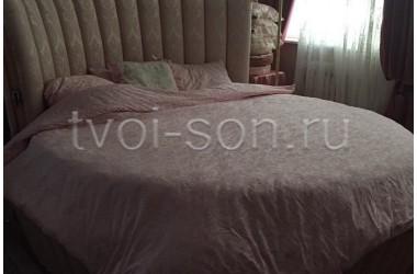 комплект из розового тенсель-жаккарда для круглой кровати.